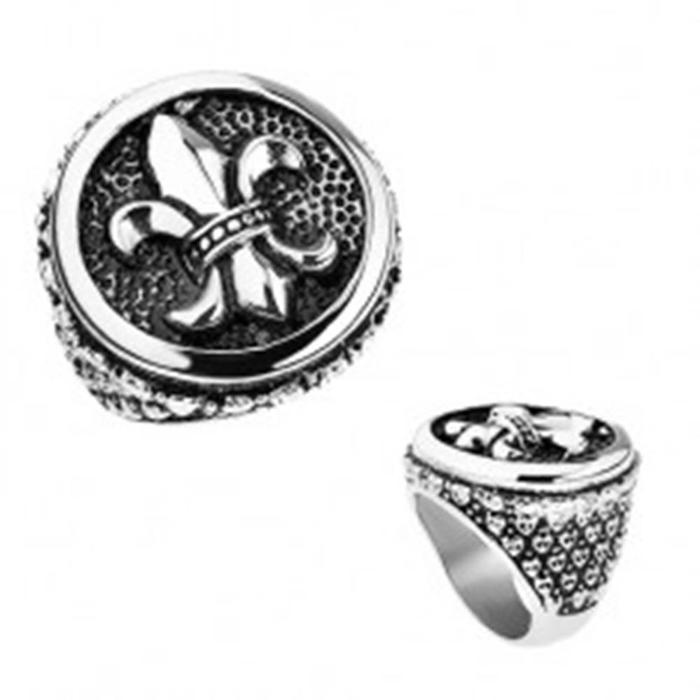 Šperky eshop Prsteň z ocele, strieborná farba, patina, Fleur de Lis v kruhu, srdiečka - Veľkosť: 56 mm