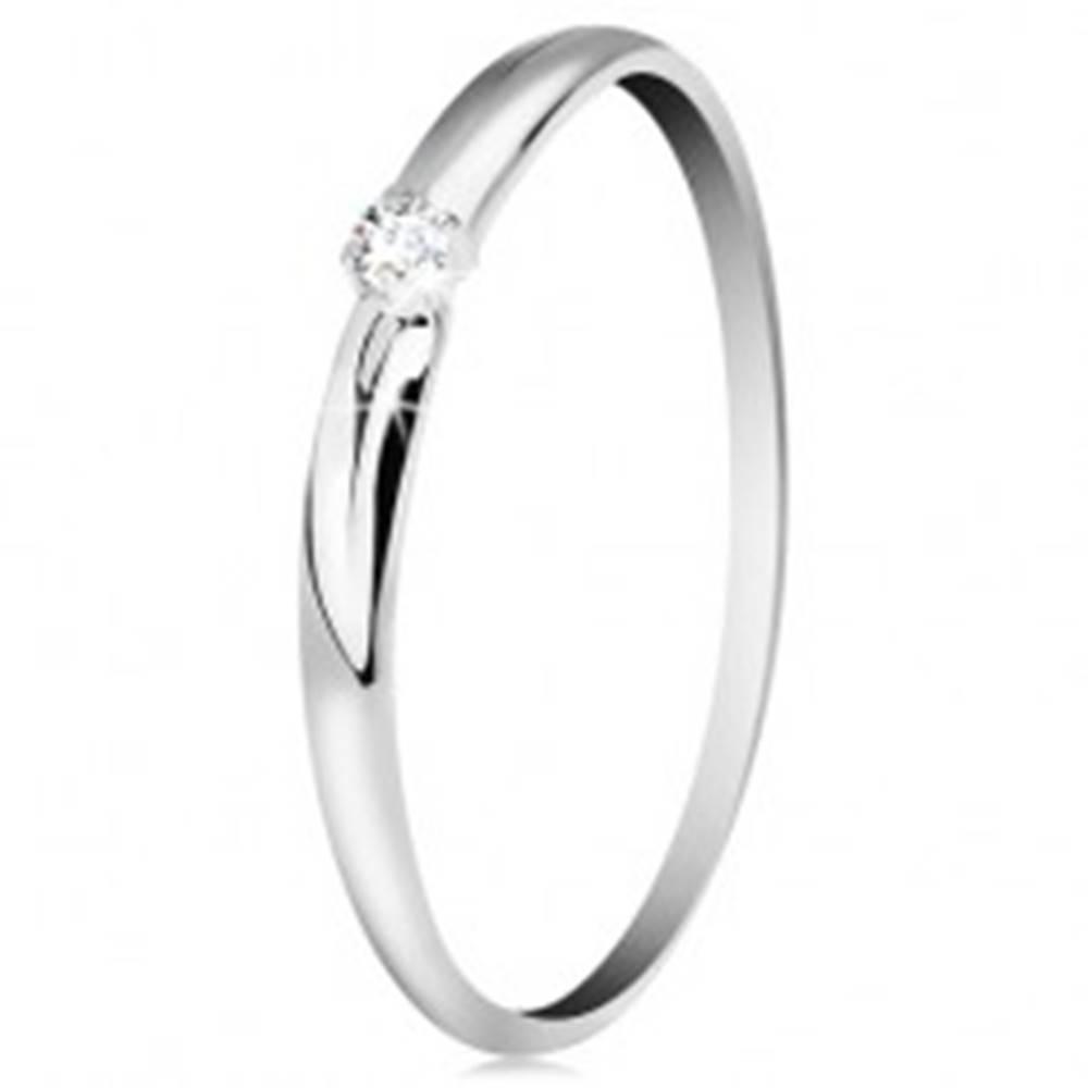 Šperky eshop Zlatý 14K prsteň - žiarivý číry zirkón, tenké zárezy na ramenách, biele zlato - Veľkosť: 49 mm