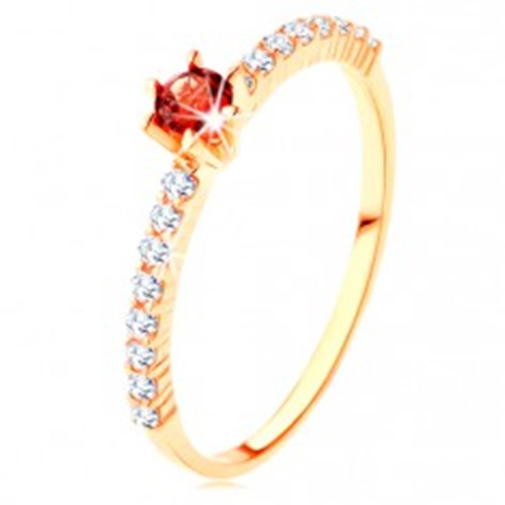 Šperky eshop Zlatý prsteň 585 - číre zirkónové línie, vyvýšený okrúhly červený granát - Veľkosť: 49 mm