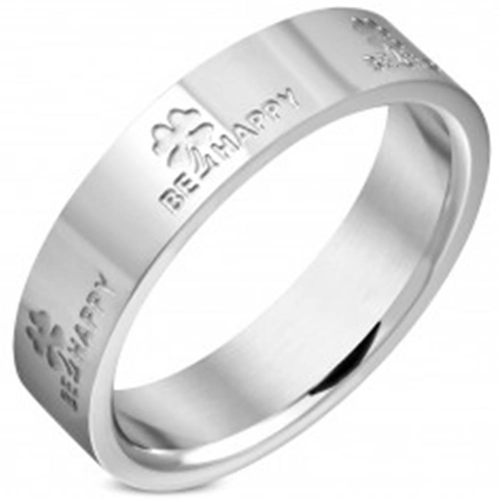 Šperky eshop Oceľová obrúčka v striebornom odtieni - nápisy BE HAPPY a štvorlístky, 4 mm - Veľkosť: 46 mm