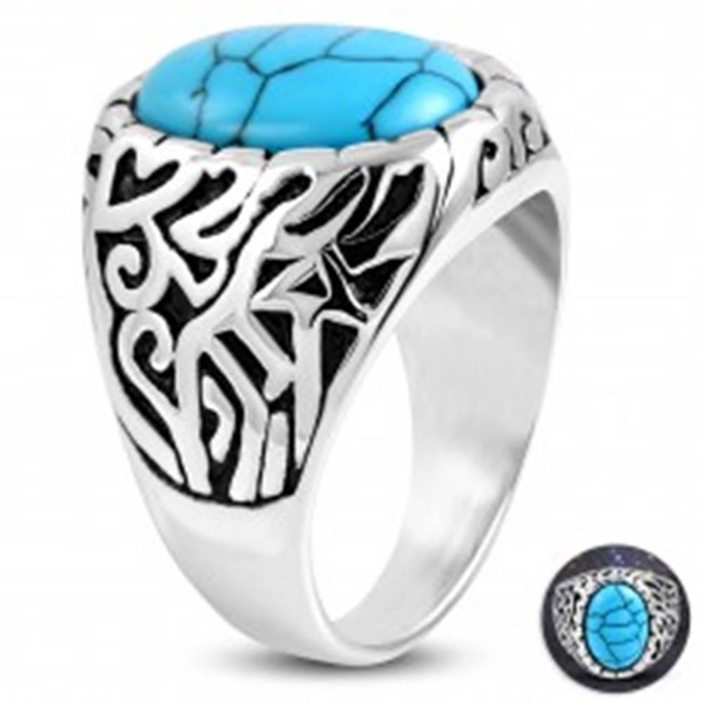 Šperky eshop Oceľový prsteň, tyrkysový ovál, ramená zdobené výrezmi a čiernou patinou - Veľkosť: 52 mm