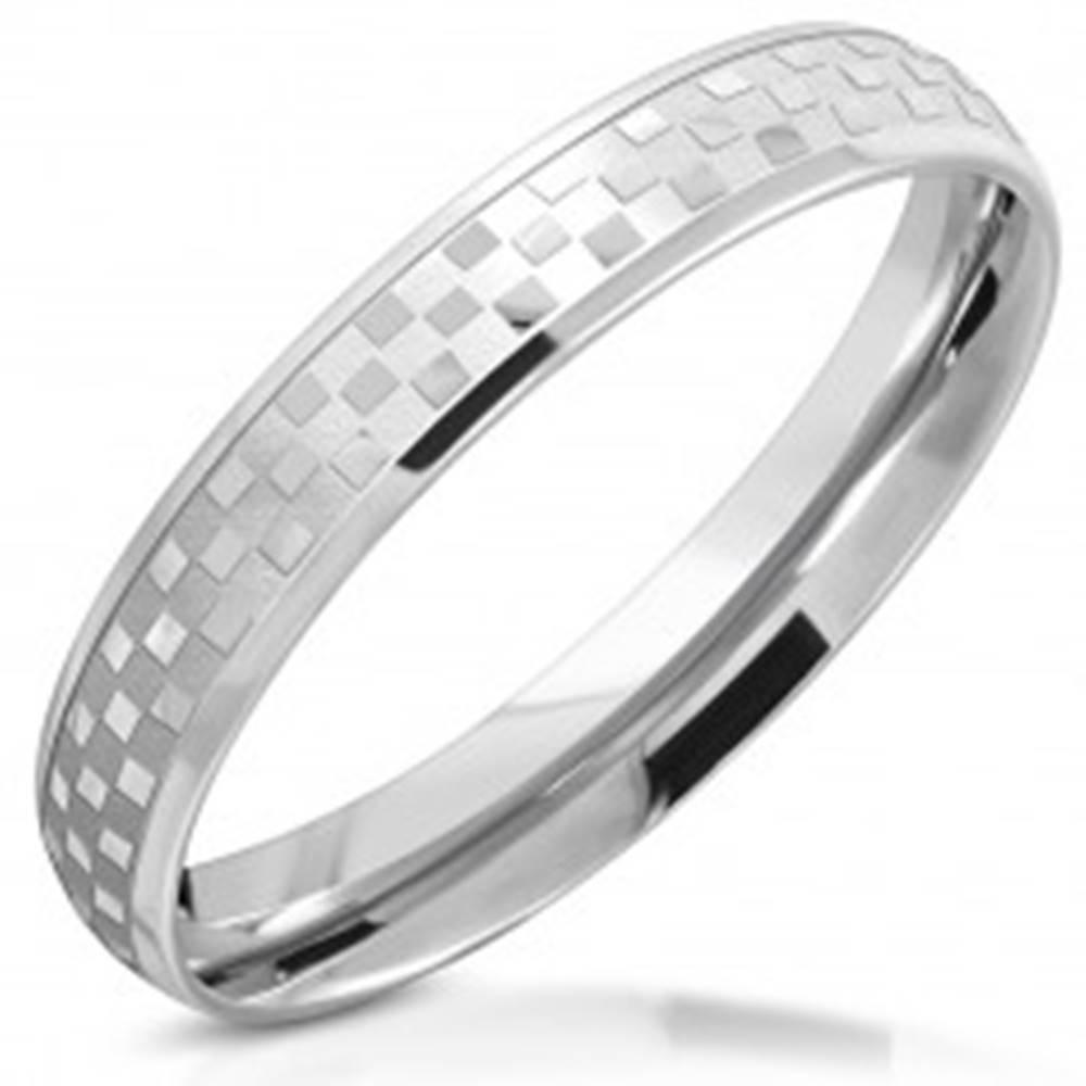 Šperky eshop Prsteň z chirurgickej ocele - zrkadlovolesklý šachovnicový motív, 3,5 mm - Veľkosť: 49 mm