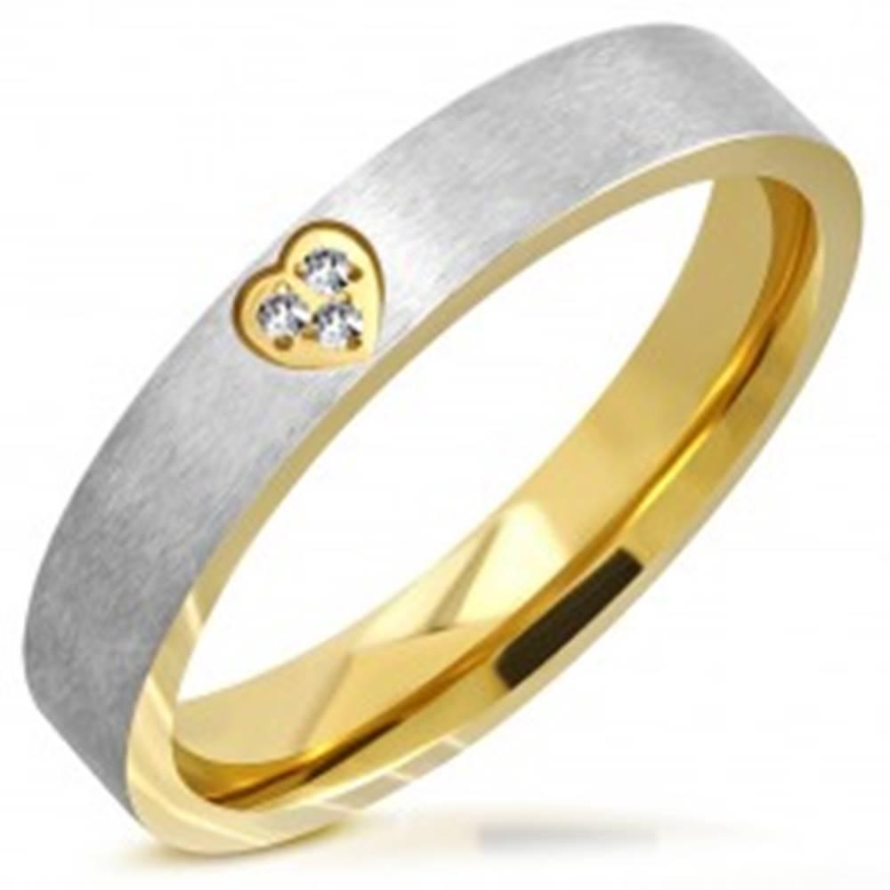 Šperky eshop Dvojfarebná obrúčka z ocele - matný pás, srdiečkový výrez so zirkónmi, 4 mm - Veľkosť: 49 mm