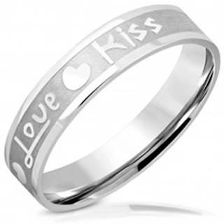 """Obrúčka z ocele - matný pás s lesklými hranami, nápis """"Love"""" a """"Kiss"""", srdiečka, 5 mm - Veľkosť: 46 mm"""