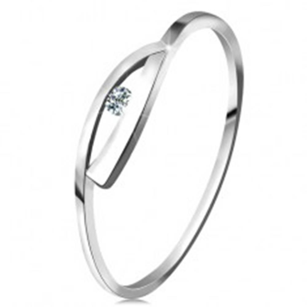 Šperky eshop Prsteň v bielom zlate 585 s trblietavým diamantom, lesklé zvlnené ramená - Veľkosť: 49 mm