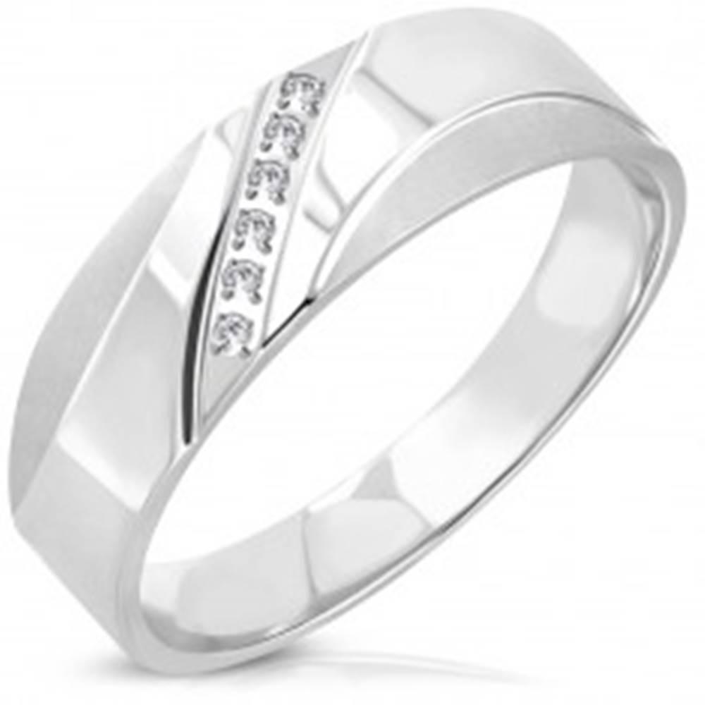 Šperky eshop Oceľový prsteň - diagonálna línia čírych okrúhlych zirkónov, matné oblúčiky - Veľkosť: 51 mm