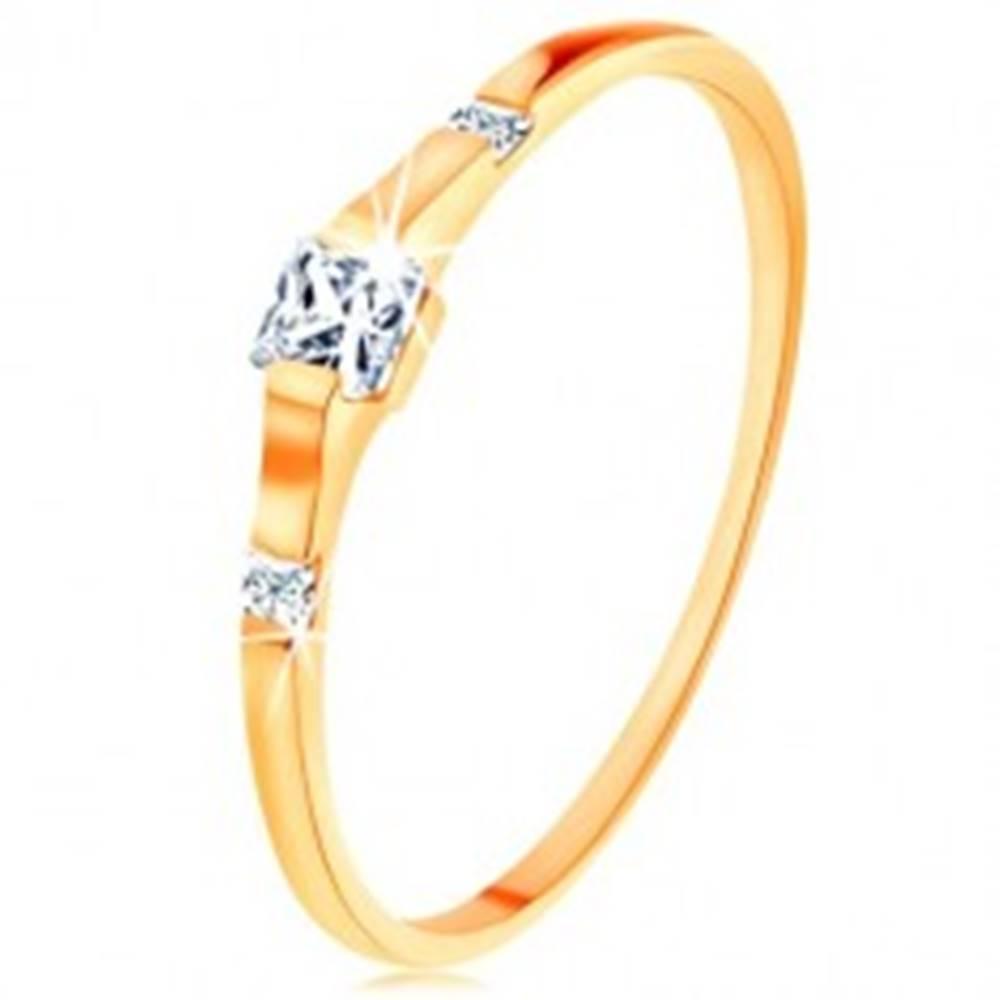 Šperky eshop Zlatý prsteň 375 - tri číre zirkónové štvorčeky, lesklé a hladké ramená - Veľkosť: 50 mm