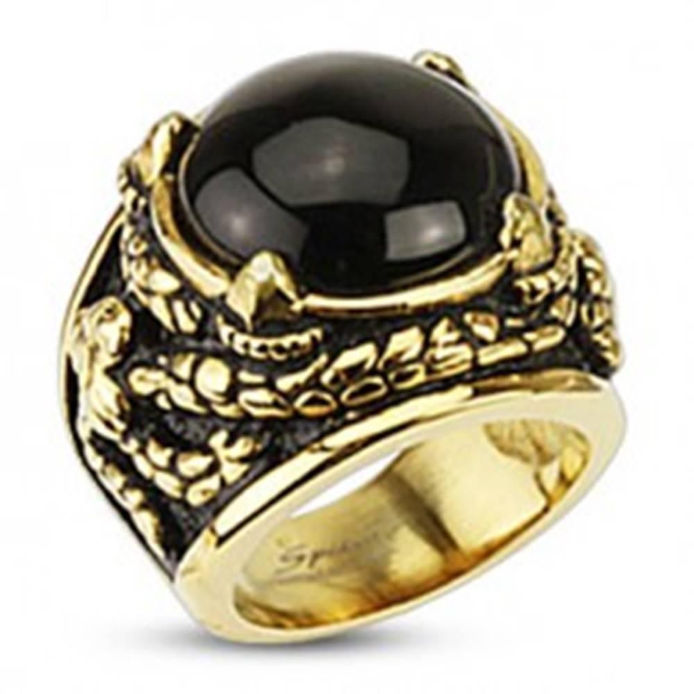 Šperky eshop Mohutný prsteň zlatej farby z chirurgickej ocele, ónyx v dračích pazúroch - Veľkosť: 57 mm
