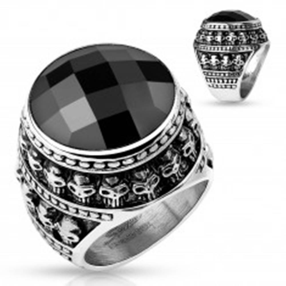 Šperky eshop Patinovaný oceľový prsteň, čierny brúsený kameň, obrys z malých lebiek - Veľkosť: 59 mm
