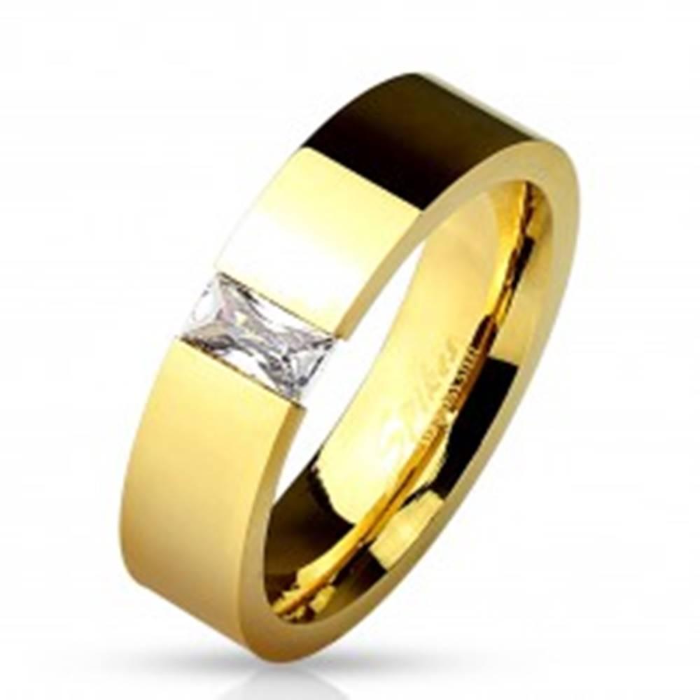 Šperky eshop Lesklá oceľová obrúčka zlatej farby, vsadený obdĺžnikový číry zirkón, 6 mm - Veľkosť: 49 mm