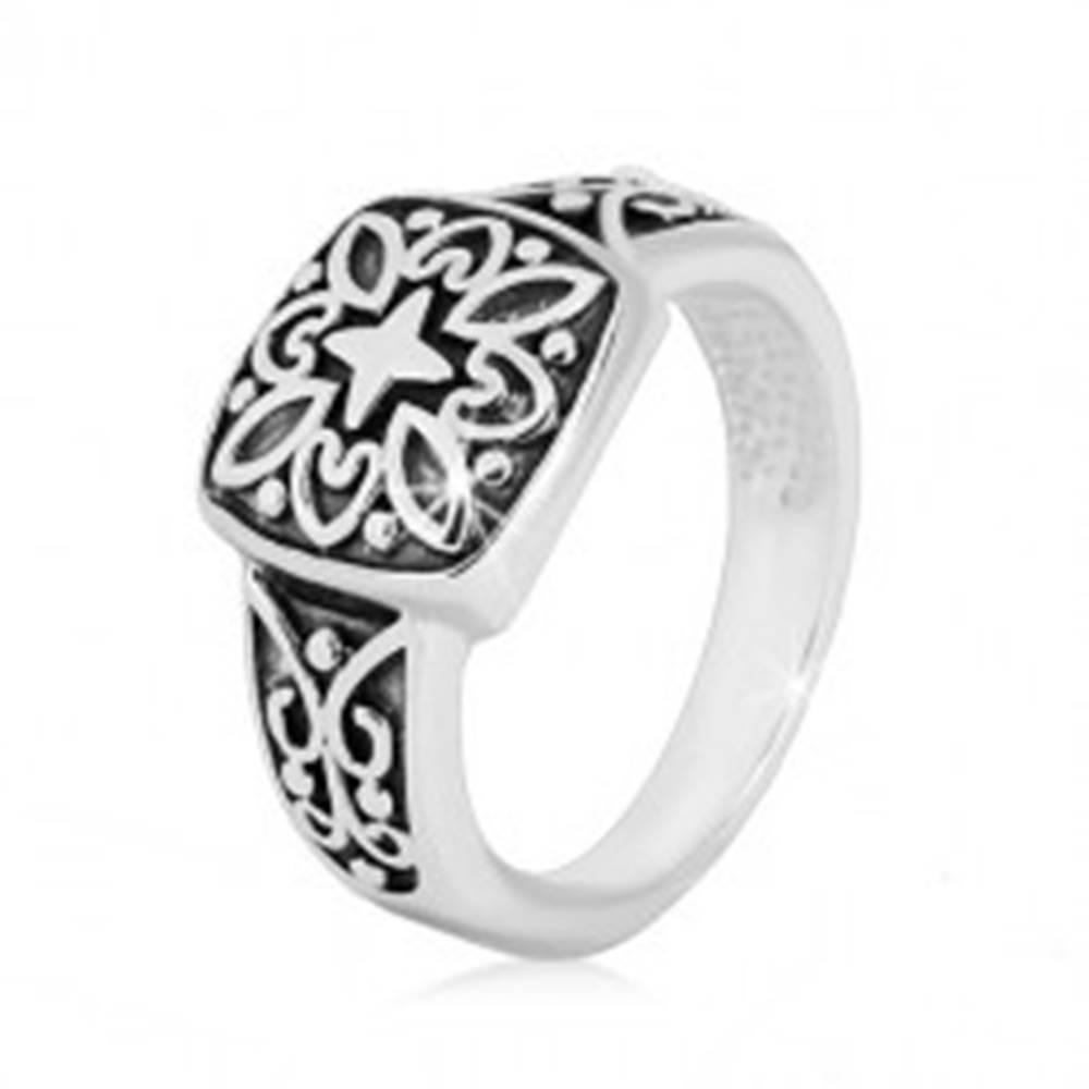 Šperky eshop Strieborný prsteň 925 - ozdobný štvorec a vyrezávané ramená s patinou - Veľkosť: 49 mm