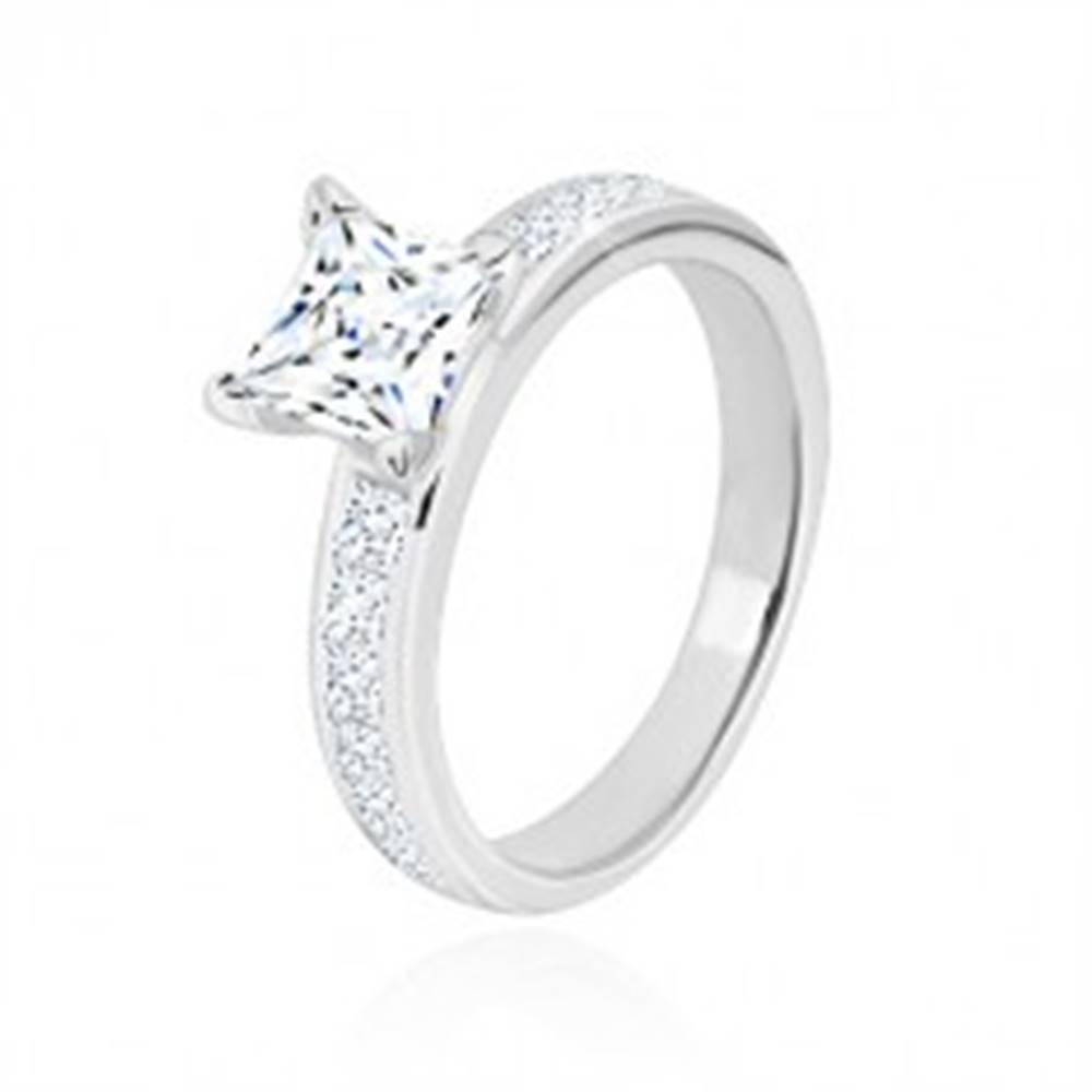 Šperky eshop Strieborný prsteň 925 - zirkónový štvorec čírej farby v kotlíku, trblietavé ramená - Veľkosť: 49 mm