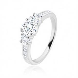 Zásnubný prsteň zo striebra 925 - tri okrúhle zirkóny, lesklé ramená so zirkónikmi - Veľkosť: 49 mm