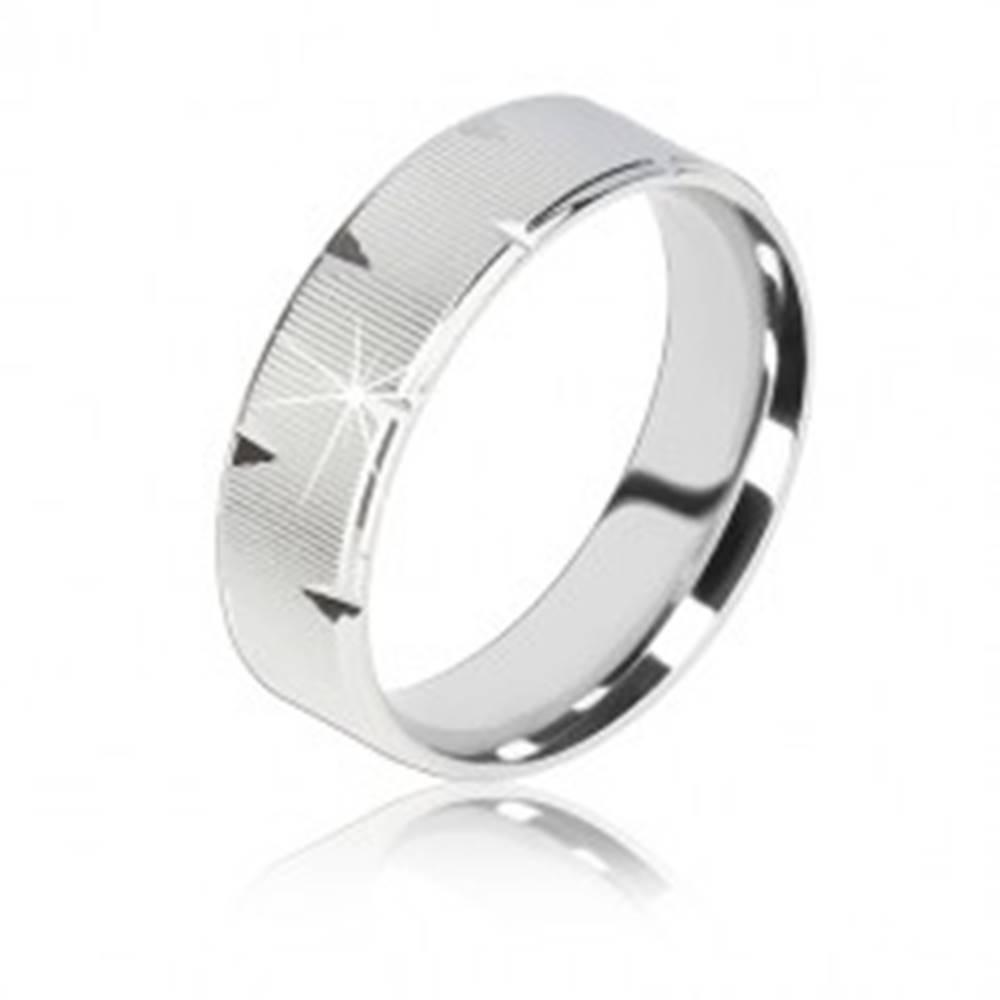 Šperky eshop Strieborná obrúčka 925 - vrúbkovaný povrch, lesklé trojuholníkové zárezy, 6 mm - Veľkosť: 56 mm