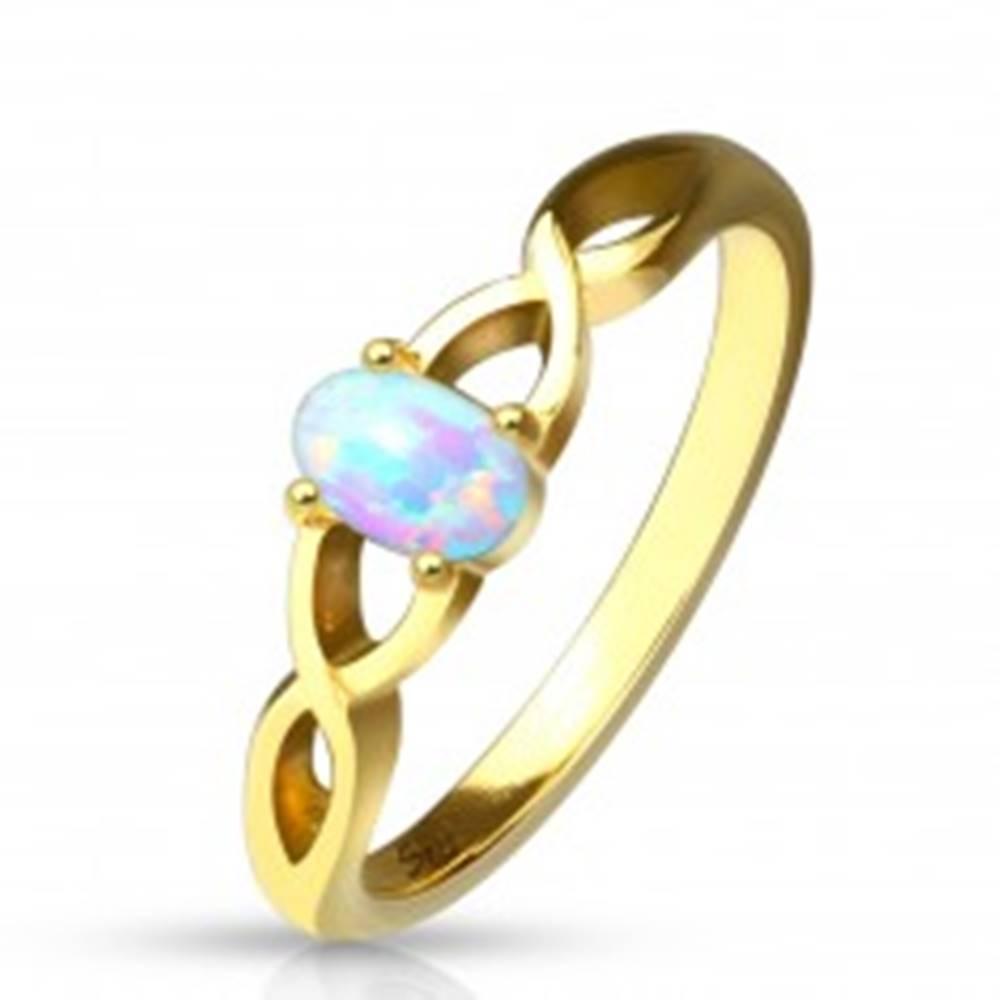Šperky eshop Oceľový prsteň zlatej farby - syntetický opál s dúhovými odleskami, prepletené ramená - Veľkosť: 49 mm
