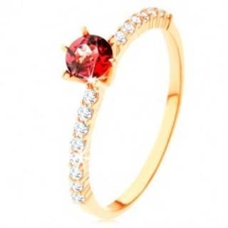 Prsteň zo žltého 9K zlata - vyvýšený červený granát, číre zirkónové línie - Veľkosť: 49 mm