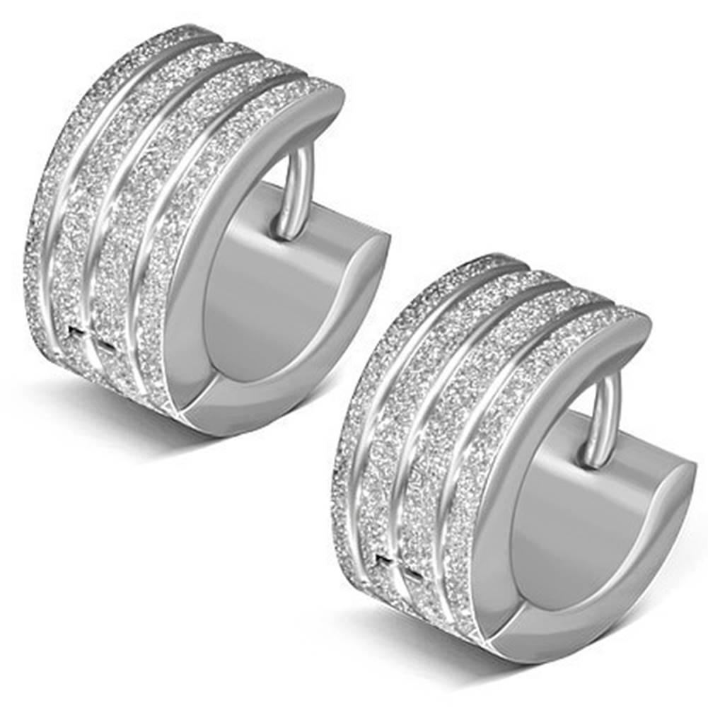 Šperky eshop Náušnice z chirurgickej ocele striebornej farby, zvislé trblietavé línie