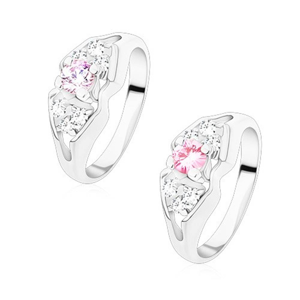 Šperky eshop Ligotavý prsteň v striebornej farbe, rozdelené ramená, mašlička s farebným stredom - Veľkosť: 49 mm, Farba: Ružová