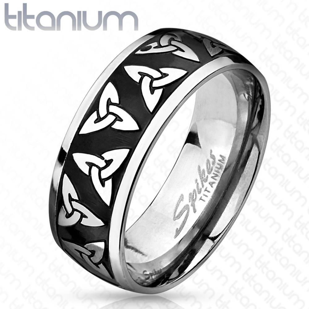 Šperky eshop Titánový prsteň striebornej a čiernej farby, lesklé okraje, keltské symboly, 8 mm - Veľkosť: 60 mm